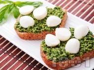 Здравословни сандвичи от черен хляб със сос песто и сирене моцарела